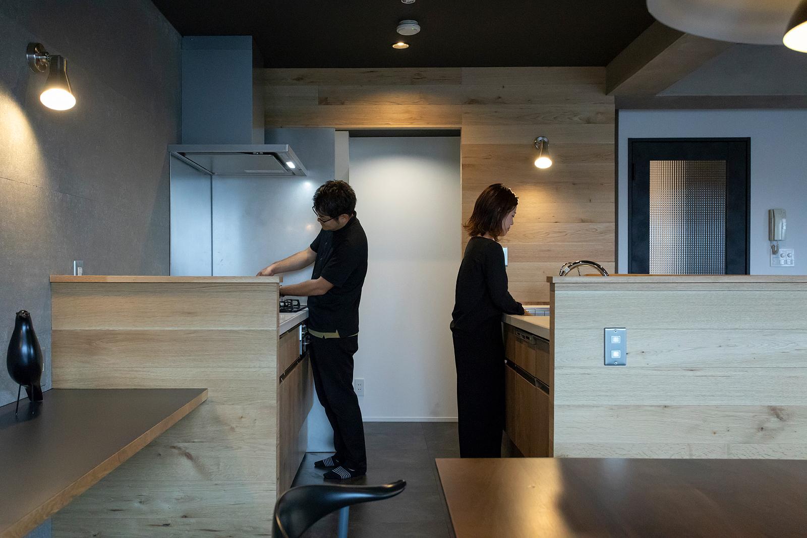 キッチンは二人で立っても充分な広さと幅を確保。ご夫婦ともに料理好きなので、二人で作業がしやすいセパレートタイプのキッチンを選んだ