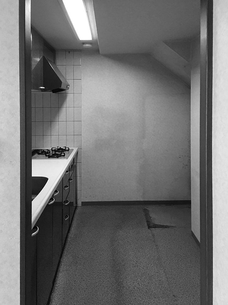 キッチンは壁に向いて調理する昔ながらの間取りだった。壁をなくし、位置や向きを変えて開放的なキッチンを実現