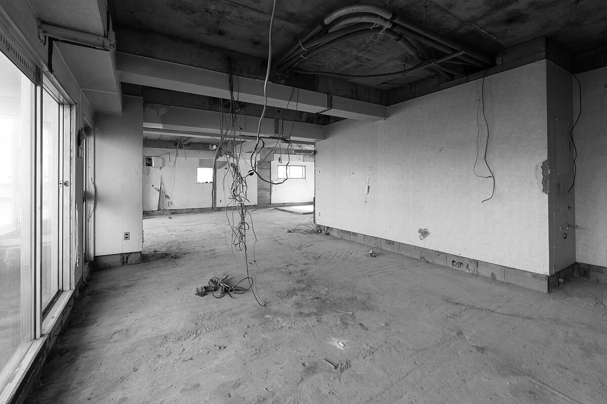 仙台の市街地に近い、好立地な場所に建つ築44年のビル。以前は耳鼻咽喉科があったこの一室は道路に面した大きな窓にその名残を残すが、一部を残して解体された後にモデルルームのための購入となったため、詳細な間取りが不明なのが残念なところ