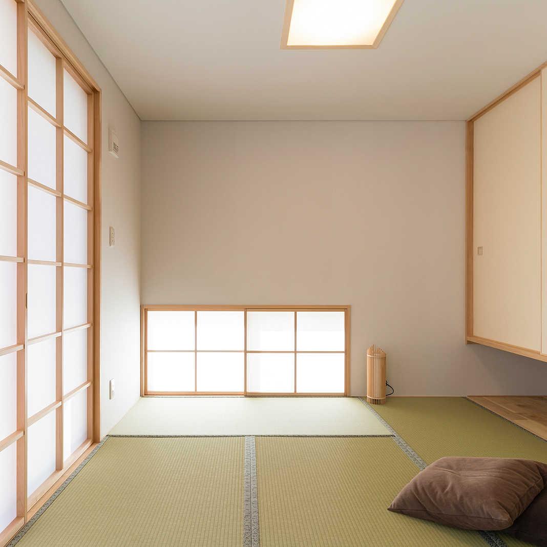小上がりの和室は障子から光が入り、窓を開けると縁側へつながる
