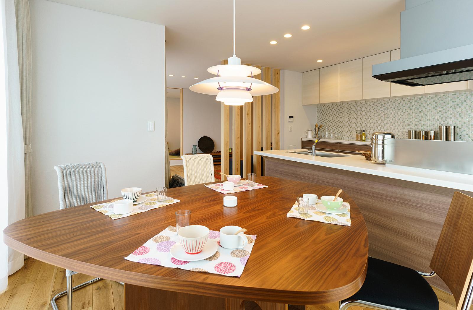 Fさん念願の木製ダイニングテーブル。白い照明は、北欧デンマークのルイスポールセンのもの