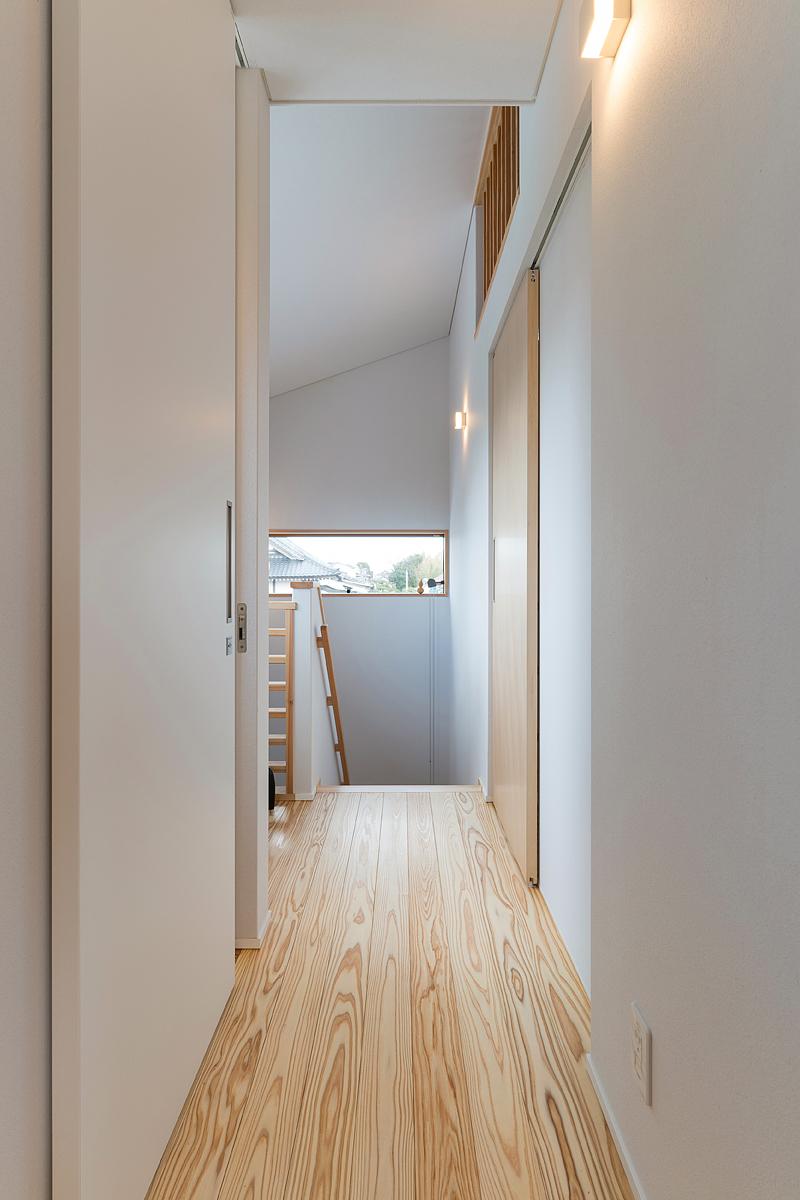 階段側の壁にも目線に合わせた窓を設けて開放感を演出