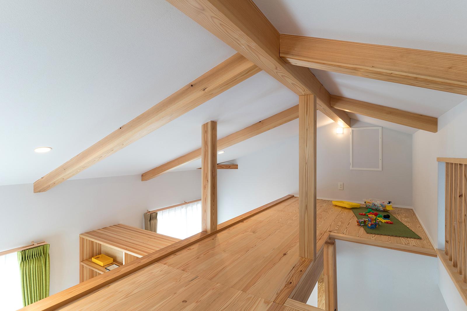 子ども部屋からハシゴで上がる屋根裏部屋。陽射しと木に包まれた広くて気持ちいい空間