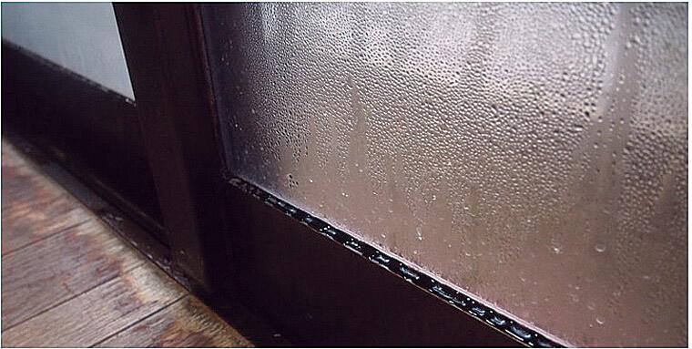 窓にこうした結露が発生するということは、断熱と気密の施工がきちんとされていない証拠