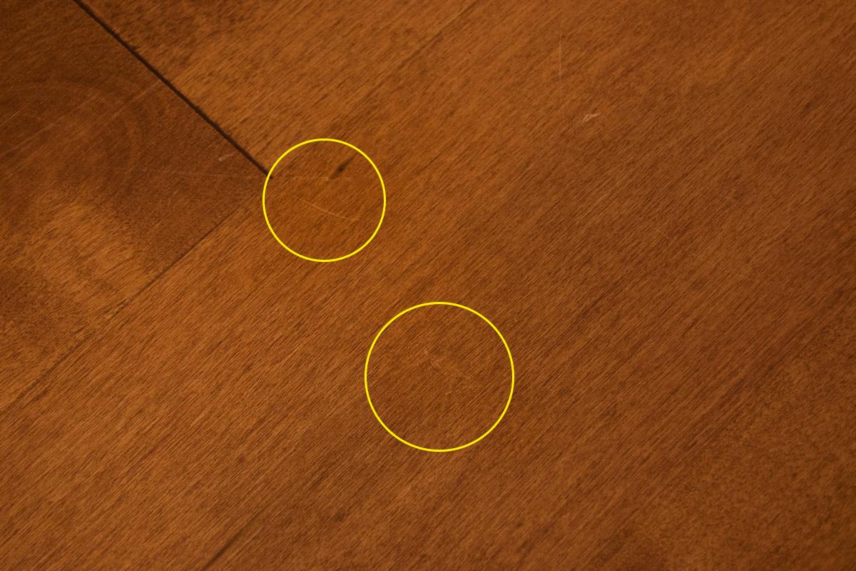 傷の部分が、木目と同じような色合いになって目立たなくなります