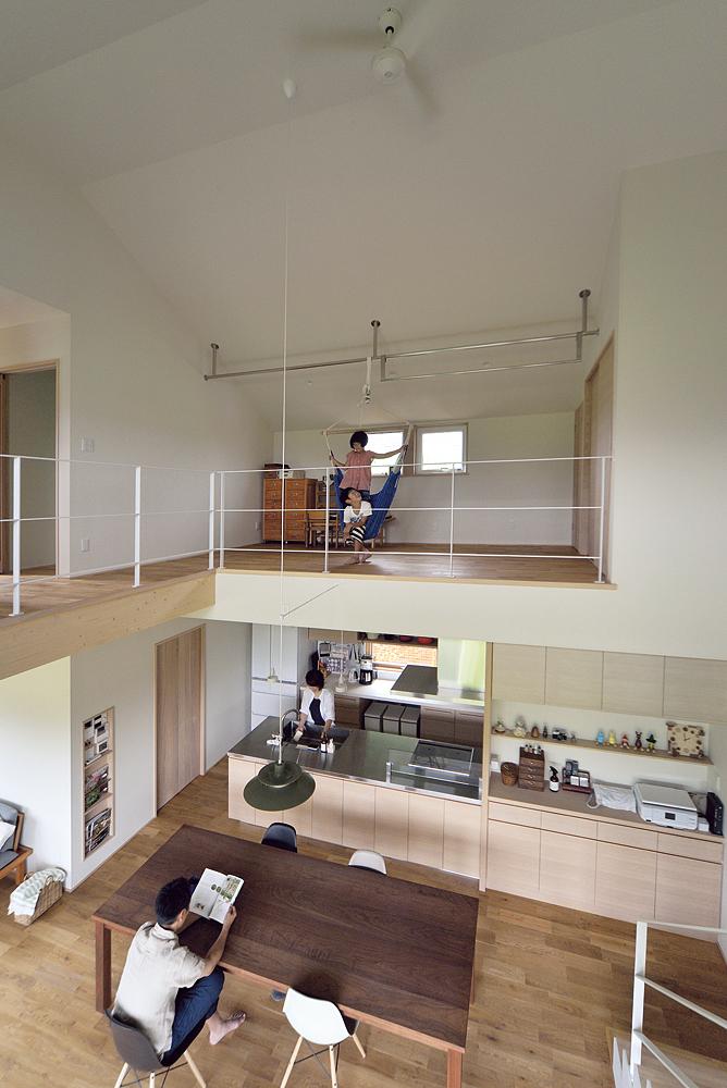 キッチン上のフリースペースは、物干しとプレイルーム、予備室を兼ねる。ハンモックを吊ったステンレスバーは、下から見上げた際に洗濯物が見えない位置に設置。 こうした何気ない場所にも、美しく快適に住まうためのきめ細かな気配りがなされている