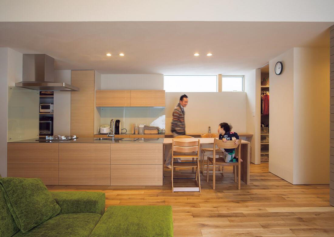 統一感があって、シンプルで美しいストレートダイニングのキッチン