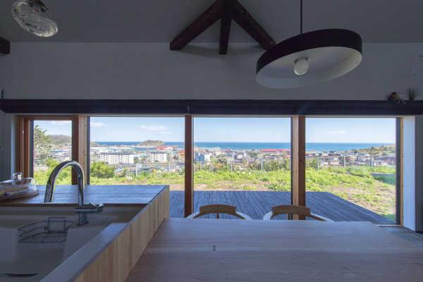 窓から海を見渡し街を見下ろす。静かさと景色を楽しむ平屋