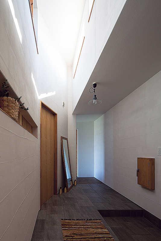 暗くなりがちな玄関も、西向きのハイサイドライトから光を取り込み明るく開放的に