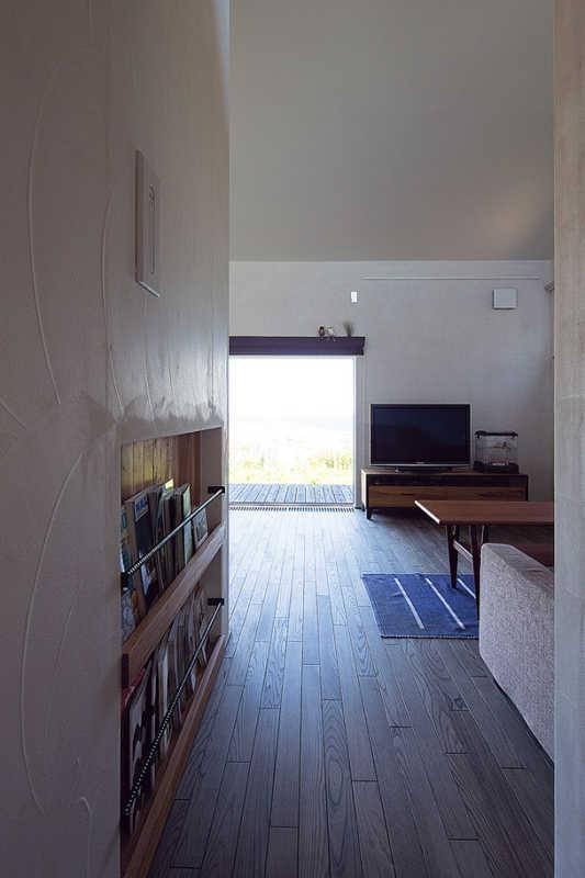 壁面収納を充実させて、家具を置かずにすっきりとした空間で過ごしたいという希望を実現