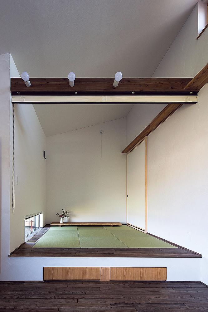 下に収納を設けた小上がりも屋根の傾斜を生かした高い天井で開放的