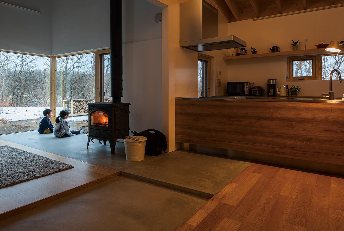 土間コンクリートが冬の薪ストーブの暖気や夏の夜間の冷気を蓄えて、一年を通して室内を快適に保つ