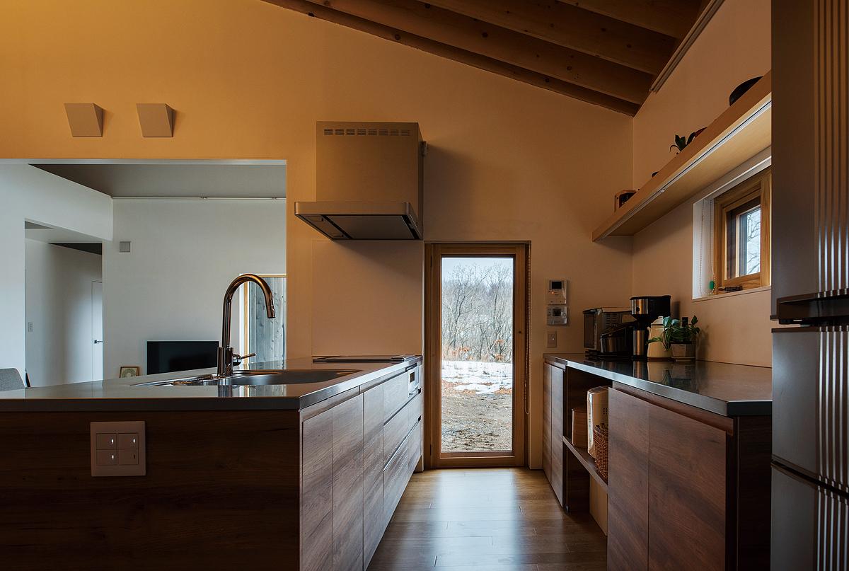 キッチン内から庭への視線。右手の横窓からは綺麗な夕日が眺められるとのこと