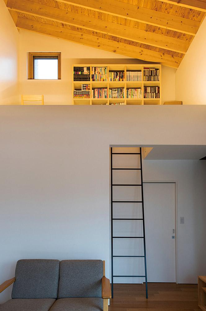 リビングに設けられたロフト。キッチン側に対して直角に流れる梁が空間にリズムを生む