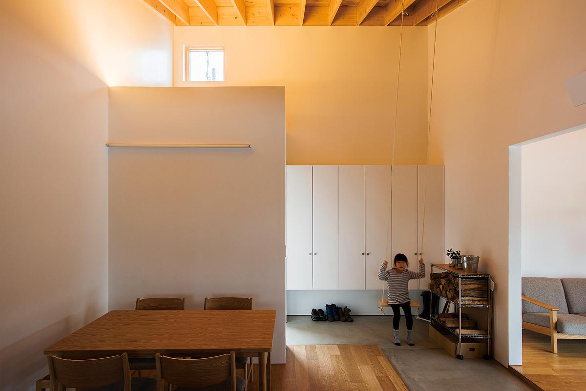 子どもたちお気に入りの玄関のブランコ。ポーチの上部は収納を兼ねたロフトになっている