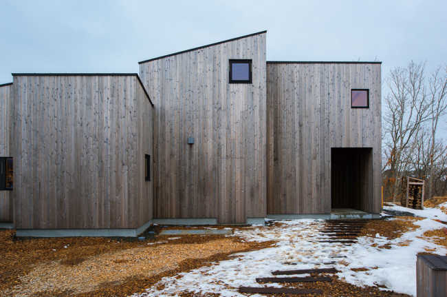 外壁には北海道産スギを使用し、自然素材の木材防護保持剤を塗布。「経年変化が楽しみ」とご夫妻