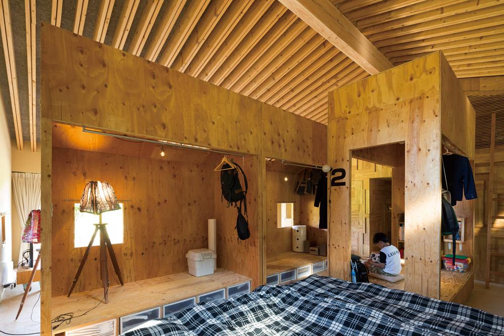屋内には可動式の家具でつくられた居室が3つ