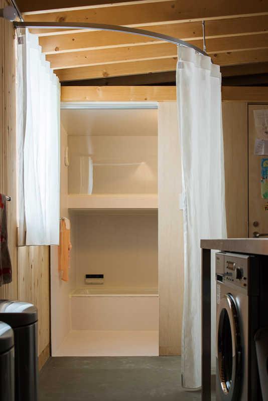 浴室もキッチンの延長線上に配しシンプルに