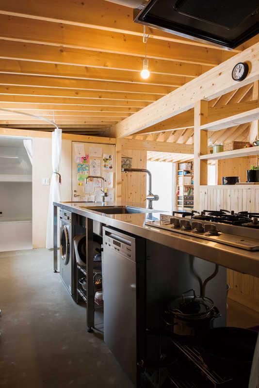 キッチンは、ガスレンジからシンク、食洗機、洗面台、洗濯機まで組み込んだ一体型