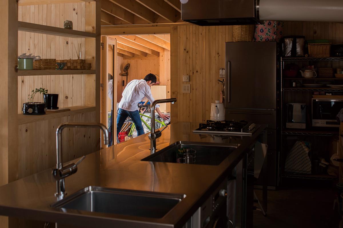 写真奥の玄関前には、物置兼風除室の空間を設けて断熱効果もアップ