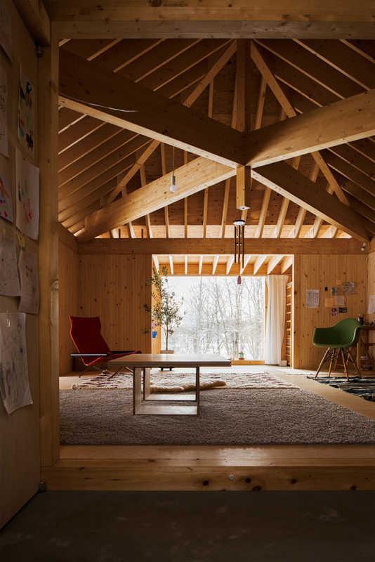 広間の中心から土間にかけて勾配のある天井には、排気のための煙突を設けパッシブ構造に。床下から新鮮な空気が自然循環する