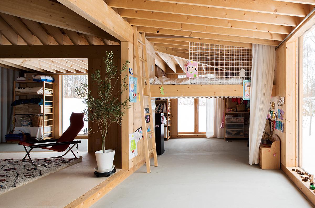 土間の上部に造作ベッドを設け、下部のスペースを子ども部屋に。通り抜けもできる自由な空間