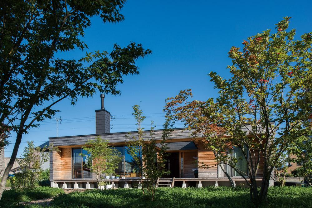 植栽豊かなプライベートガーデンが広がるウッドデッキ