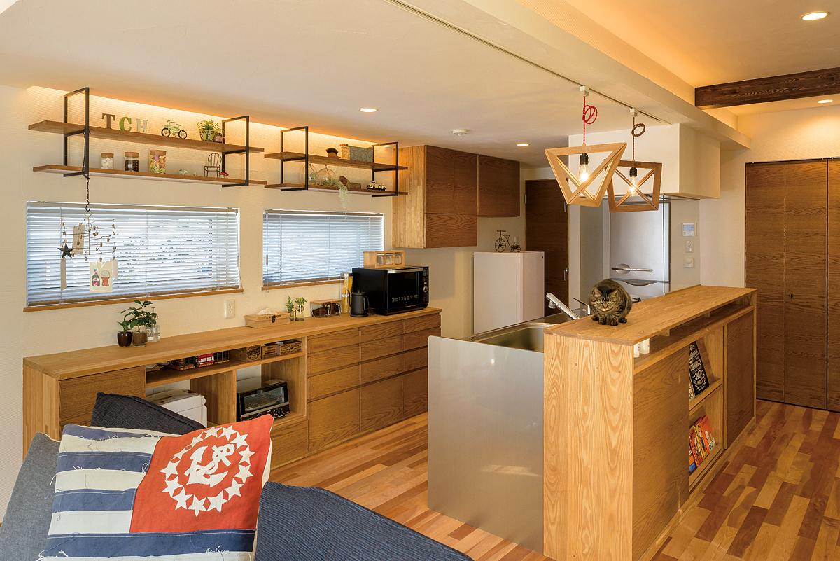 キッチン背面収納は、WOODONEの金物をアレンジしたオリジナル造作品。棚板はタモ材