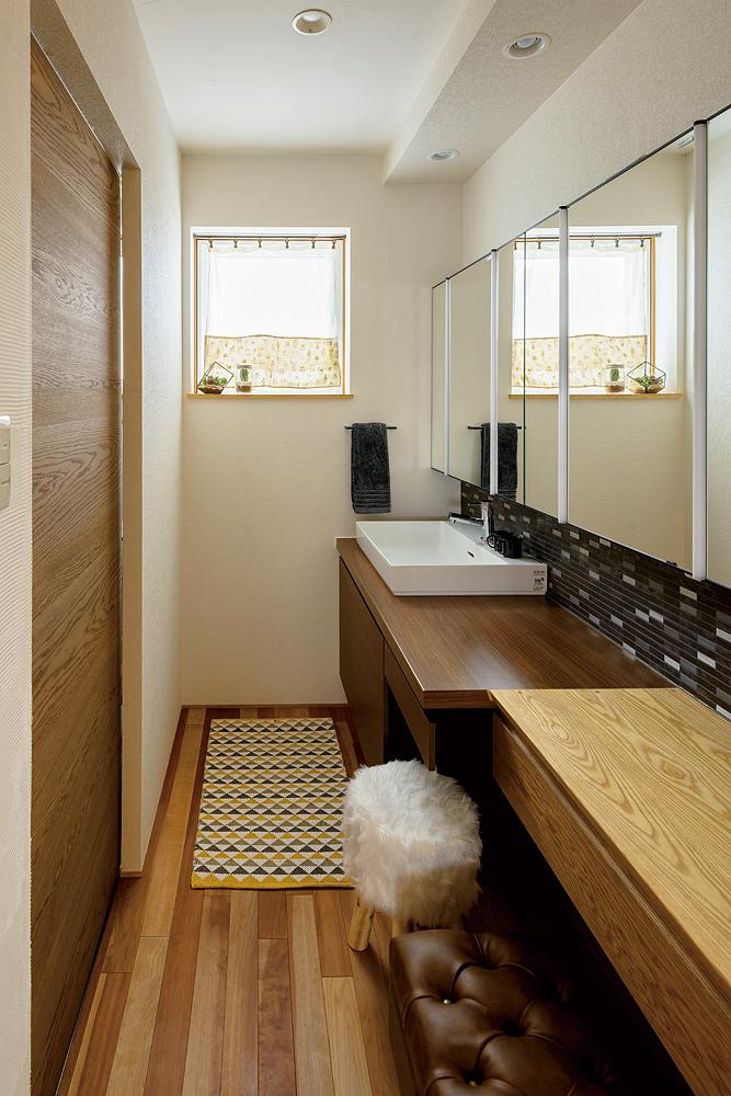 造作仕上げの洗面室はユーティリティと分離。壁に張った名古屋モザイクのタイルはキッチンにも採用したご夫妻のお気に入り