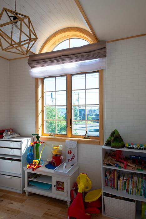 2階に設けられた子世帯のLDKに隣接し、3歳の息子さんの部屋を配置。アールの採光窓とドーム天井で遊び心を加えて