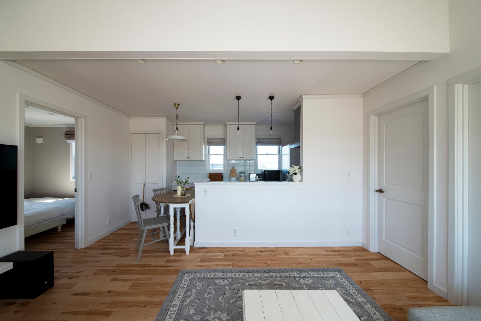 2階子世帯の造作対面式キッチンは、コンパクトな造りながら、収納力はたっぷり