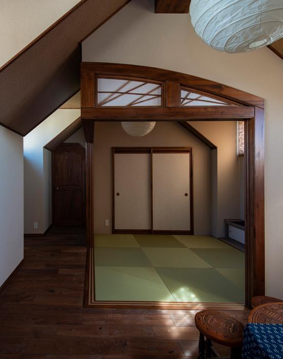 Fさんの要望で設けた2階客間。埋もれ木の地袋天板や垂れ壁を欄間風にしつらえた造作に、自社大工の熟練の技が光る