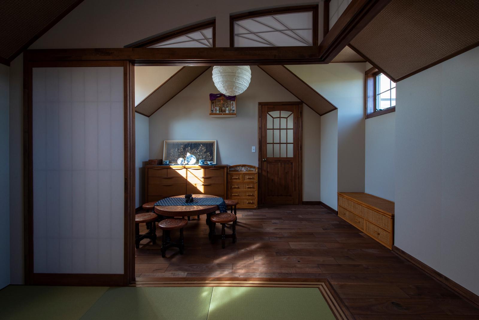 2階階段ホールに隣接して設けられた客間は、親世帯寝室との緩衝エリア。カフェ空間は、この和室と寝室の下にある。階下に生活音を響かせない間取りの妙も、とかち工房ならでは
