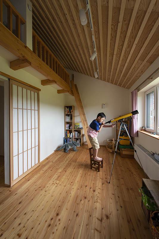 斜め天井の高さを生かしロフトをつけた子ども部屋。建具は障子張りの引き戸に