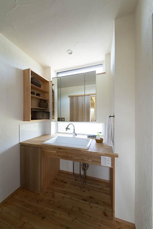 造作の洗面台は木の質感を生かしシンプルで使いやすく設計