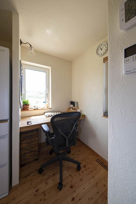 キッチンの奥には、家事の合間に使いやすい奥さんのワークスペース