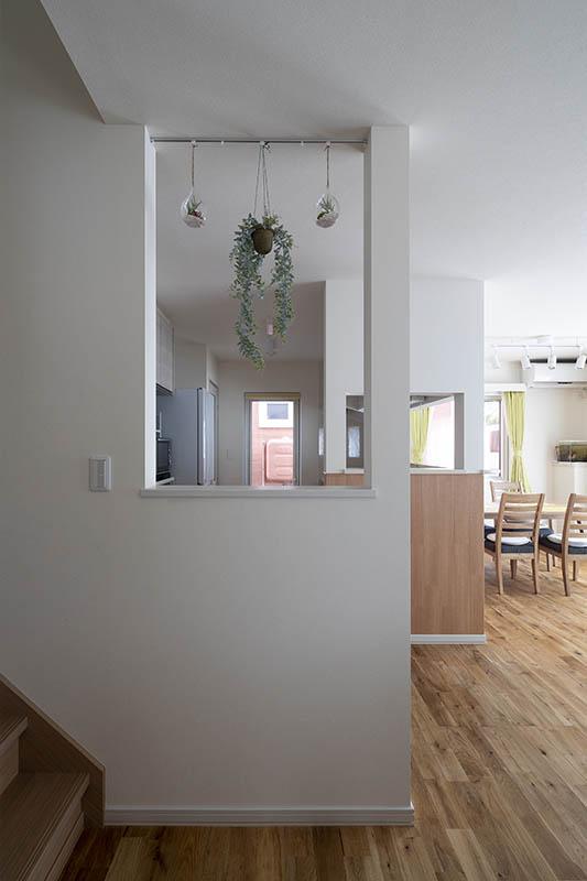 リビング階段の間仕切り壁にも開口があり、奥さんがキッチンに立っていても、2階を上り下りする子どもの様子が見える