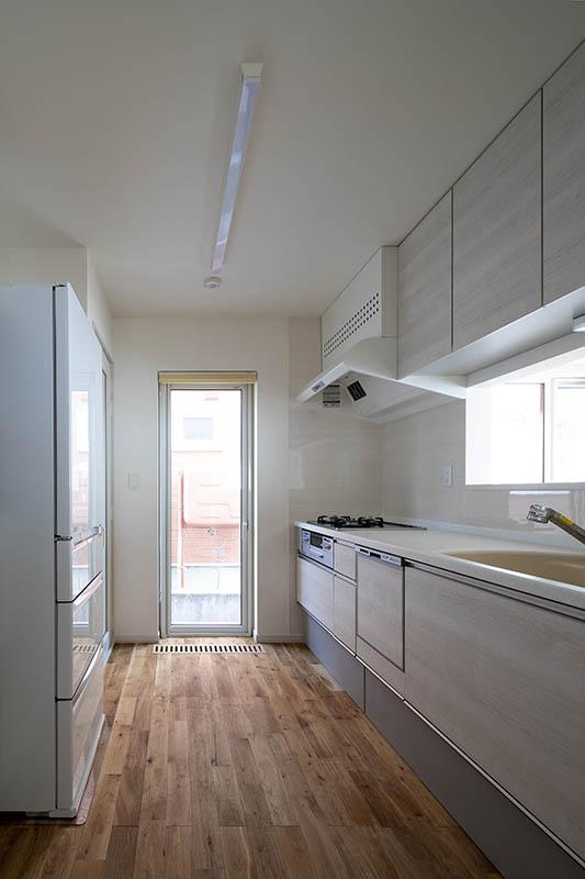 既存のシステムを採用したキッチン。冷蔵庫の隣には、冬に外気を採り込み低温環境を保つ食品庫も備えられている