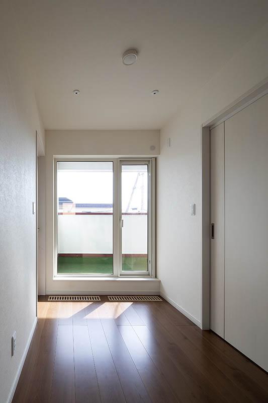 家族の個室を集約した2階には、多目的に利用できるよう広くしつらえたルーフバルコニーがある