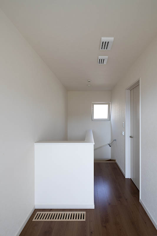 床下で温められた新鮮な空気が、足元に設けた吹き出しガラリを経由して、住宅内を循環。2階にも温かくきれいな空気が届く