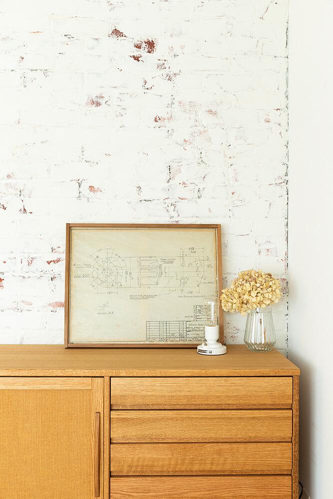 リビングとパントリーを隔てる壁にもモルタル造形を。壁面の表情を楽しむこともこの物件の大きな魅力