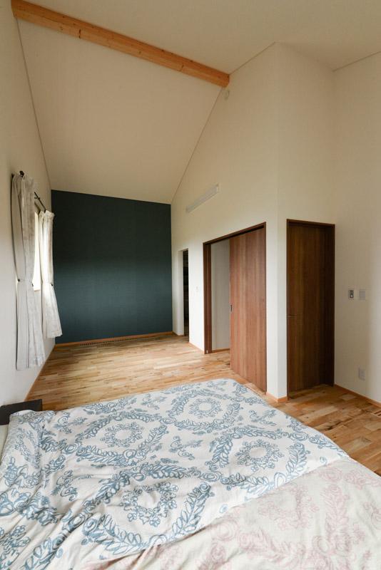 主寝室は後々、2部屋に間仕切りできるようにしつらえてある。右手奥は、大容量のウォークインクローゼット