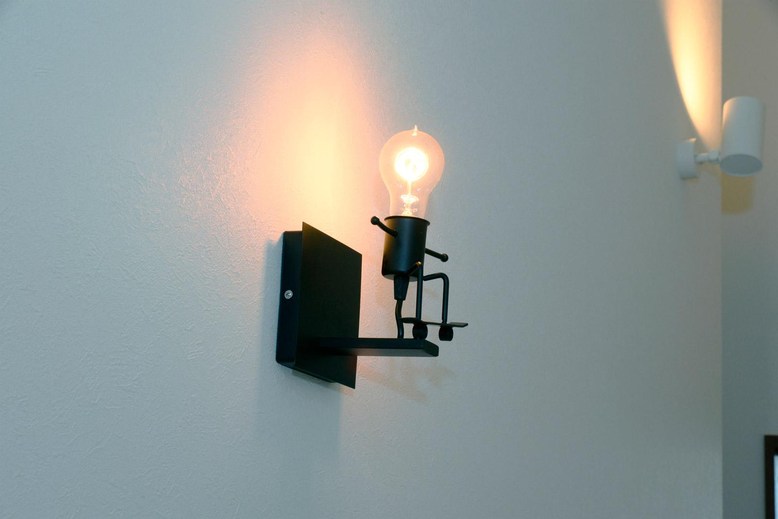 廊下には、奥さんがインターネットで入手したFuloonのレトロなアイアン・ブラケットライトが取り付けられている