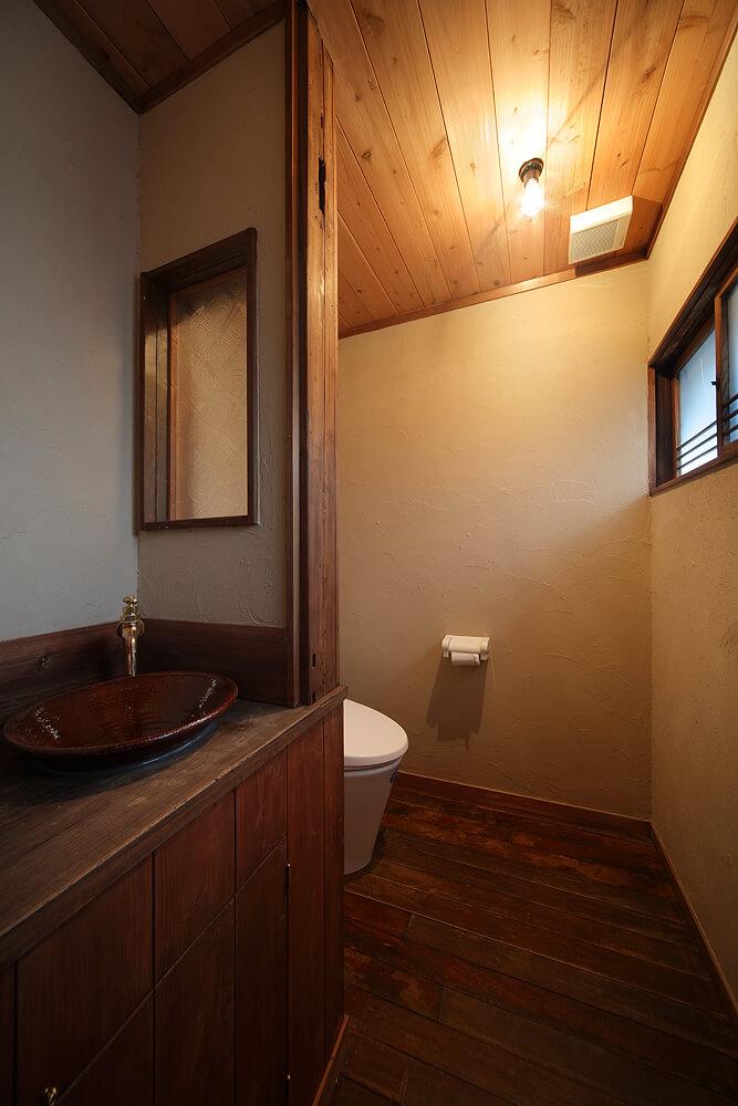 トイレの床は解体した廊下の床板を再利用