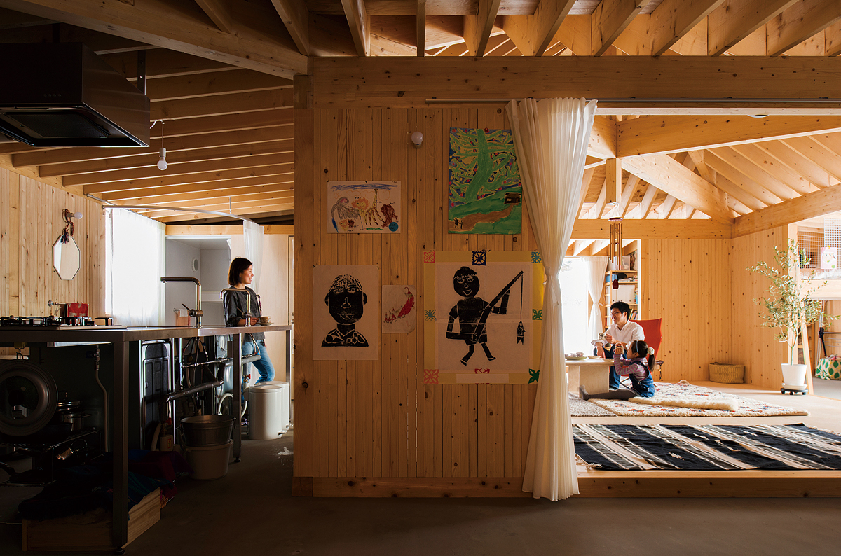 土間に囲まれたオープンな室内。キッチンからダイニング、そして子ども部屋までも見通せる自由さが心地よい