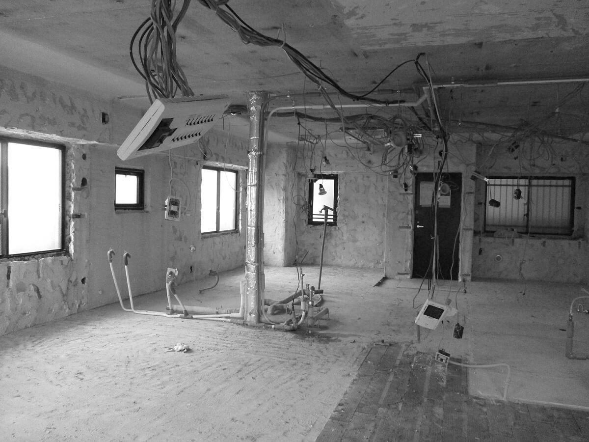 Before。各部屋が細かく間仕切られていて、採光性・通風性が悪く、キッチンや廊下は昼間でも電気をつけなければならない状態だった。また、一つひとつの部屋も6帖程度と決して余裕があるわけではなく、収納スペースも不十分。壁紙や設備機器も20年経っていて汚れがあり、使い勝手も悪い状態だった