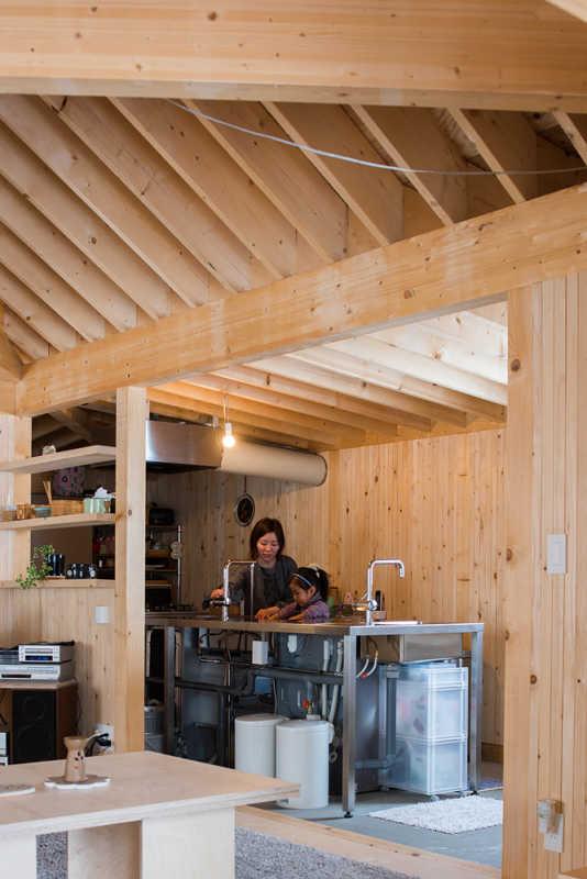 オールステンレスのキッチンは耐久性も高く、スケルトンでメンテナンスもしやすい