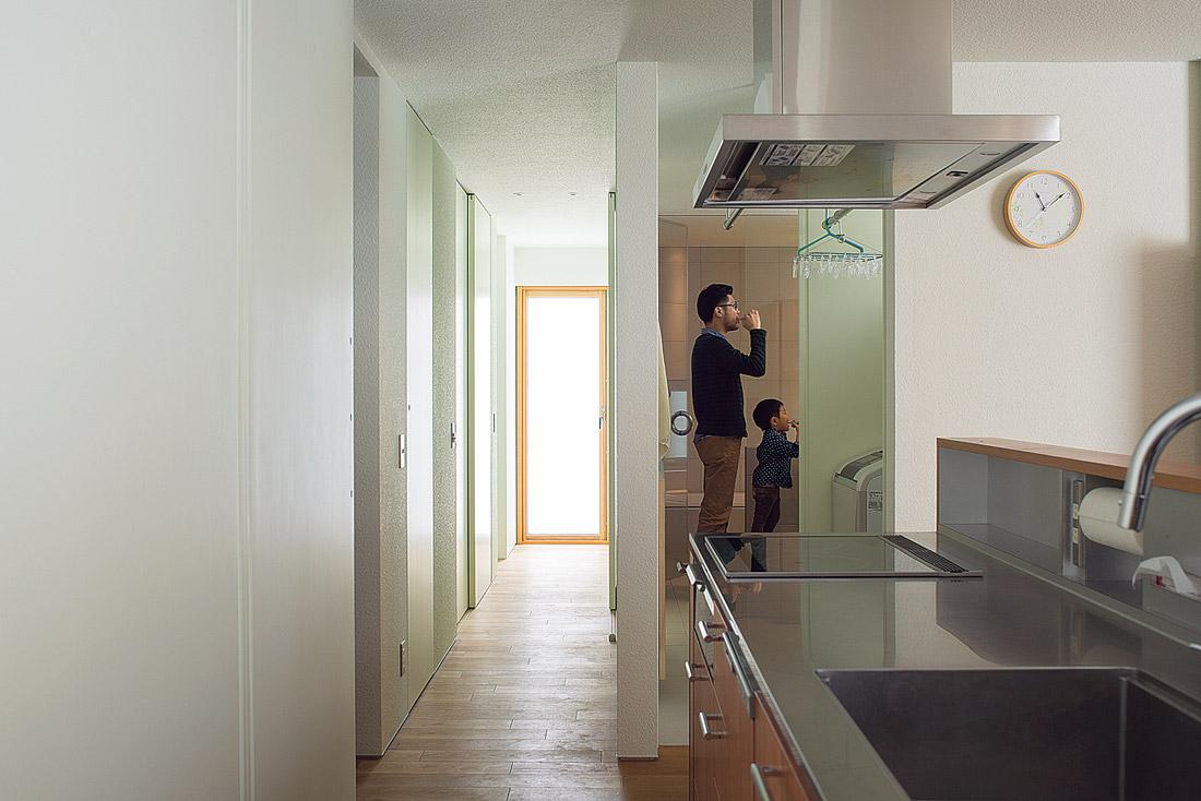 キッチンから、洗濯室、洗面スペース、バスルームまで、引き戸を開け放せばすべてが見通る