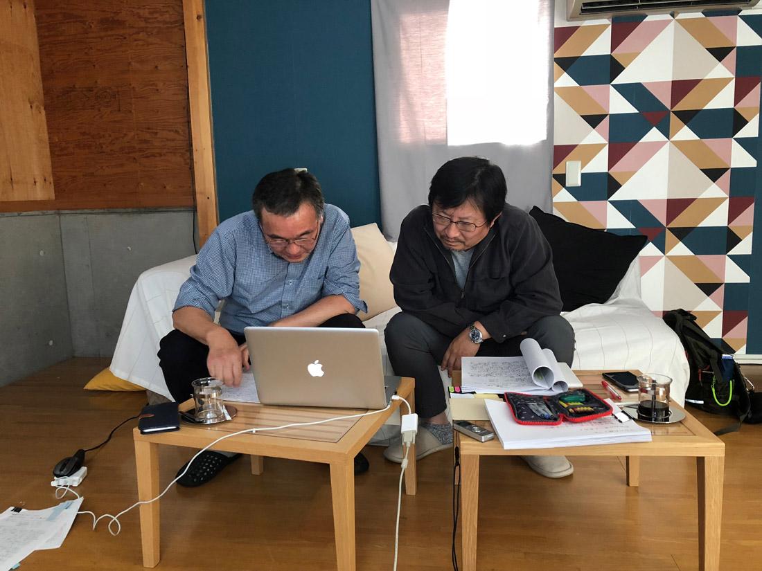 再度事前に資料に目を通してWEB会議に備える三木奎吾・リプラン編集長と北海道の建築家・山本亜耕さん