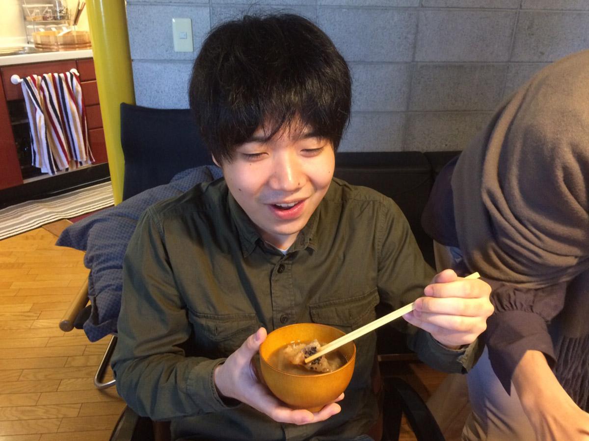 初めて食べるせんべい汁の美味しさに弊社社員もこの表情